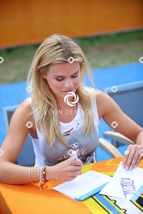 ROSMALEN - Op het Unicef Open is Nicolette van Dam aanwezig om handtekeningen uit te delen aan de kinderen. FOTO LEVIN DEN BOER - PERSFOTO.NU