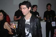 Tim Noble. Art Plus dance fundraising party. Whitechapel gallery. 21 March 2005. ONE TIME USE ONLY - DO NOT ARCHIVE  © Copyright Photograph by Dafydd Jones 66 Stockwell Park Rd. London SW9 0DA Tel 020 7733 0108 www.dafjones.com