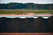 Nederland, Nijmegen, 11-9-2014 Binnenvaartschip, een vierbaks duwcombinatie, met kolen vaart over de Waal bij Nijmegen.Foto: Flip Franssen/Hollandse Hoogte