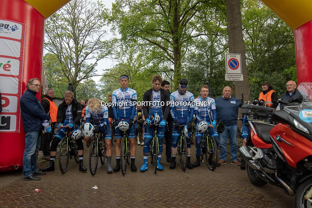 04-05-2019: Wielrennen: Ronde van Overijssel: Rijssen<br />Voor de start werd de vorige week overleden Robbert de Greef herdacht