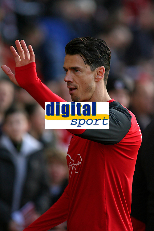 Football - 2016 / 2017 Premier League - Southampton vs. West Bromwich Albion<br /> <br /> Southampton's Jose Fonte waves at the crowd before kick off at St Mary's Stadium Southampton England<br /> <br /> COLORSPORT/SHAUN BOGGUST