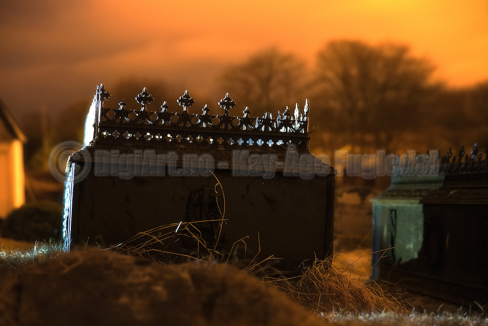 Ironcoffin on a graveyard   Jernkiste på en gravplass.