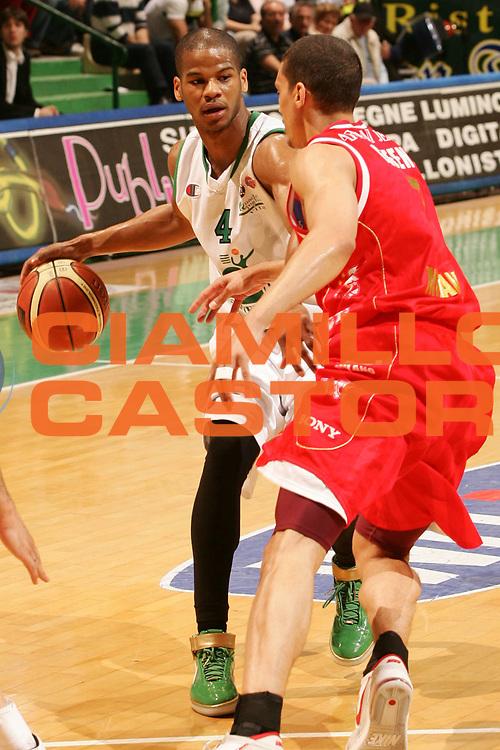 DESCRIZIONE : Siena Lega A1 2006-07 Montepaschi Siena Armani Jeans Milano <br /> GIOCATORE : Forte <br /> SQUADRA : Montepaschi Siena <br /> EVENTO : Campionato Lega A1 2006-2007 <br /> GARA : Montepaschi Siena Armani Jeans Milano <br /> DATA : 25/04/2007 <br /> CATEGORIA : Palleggio <br /> SPORT : Pallacanestro <br /> AUTORE : Agenzia Ciamillo-Castoria/P.Lazzeroni