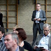 Nederland, Achlum , 28 mei 2011..Conventie van Achlum..Achmea bestaat dit jaar 200 jaar. In dit jubileumjaar gaat Achmea terug naar haar roots: het Friese dorpje Achlum. Op 28 mei vindt daar de Conventie van Achlum plaats. Zo'n 2000 mensen gaan daar met elkaar in gesprek over de toekomst van Nederland binnen de thema's: veiligheid, mobiliteit, arbeidsparticipatie, pensioen en gezondheid. Dit doen we met top sprekers uit de politiek en wetenschap maar ook met mensen zoals jij..Op de foto publiek luistert aandachtig naar de sprekers tijdens de debatten in de gymzaal..Tevens op de achtergrond  Doekle Terpstra benoemd tot nieuwe voorzitter van het College van Bestuur van Hogeschool Inholland.Foto:Jean-Pierre Jans