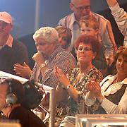 NLD/Hilversum/20070316 - 1e Live uitzending SBS So You Wannabe a Popstar, Rachel Hazes - van Galen met haar vader en moeder Friedel op de tribune