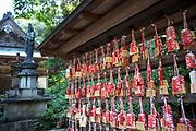 Tempelbesökare skriver ner sina böner på små träblock och hänger dem på en bestämd plats. <br /> Tempel nummer 1, Ryōzen-ji (霊山寺)<br /> <br /> Pilgrimsvandring till 88 tempel på japanska ön Shikoku till minne av den japanske munken Kūkai (Kōbō Daishi). <br /> <br /> Fotograf: Christina Sjögren<br /> Copyright 2018, All Rights Reserved<br /> <br /> <br /> Prayers written on small wooden blocks at the first temple Ryōzen-ji (霊山寺) of the Shikoku Pilgrimage, 88 temples associated with the Buddhist monk Kūkai (Kōbō Daishi) on the island of Shikoku, Naruto,Tokushima Prefecture, Japan