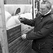 NLD/Huizen/19920313 - 1e Steen Eben-Haezerschool Noorderweg Huizen door voorzitter L. Drooger