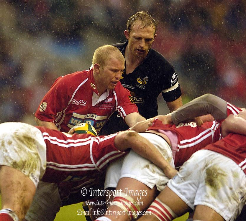 2006, Powergen Cup, Twickenham, Scrum halfs, right, Matt Dawson and Clive Stuart-Smith. London Wasps vs Llanelli Scarlets, ENGLAND, 09.04.2006, 2006, , © Peter Spurrier/Intersport-images.com.   [Mandatory Credit, Peter Spurier/ Intersport Images].