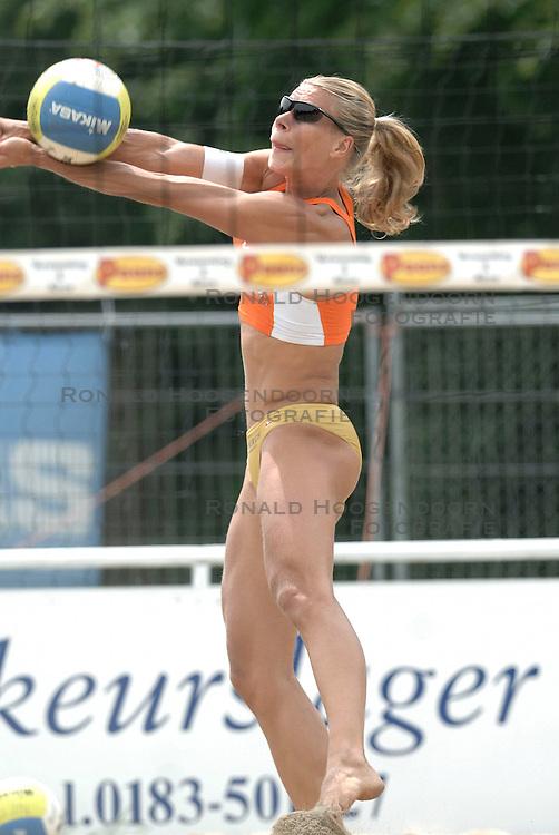 01-06-2006 VOLLEYBAL: TRAINING DAMES BEACHVOLLEYBAL TEAMS: WERKENDAM <br /> Trainingsessie op de CoppaKadijk in Werkendam / Patricia Labee<br /> &copy;2006-WWW.FOTOHOOGENDOORN.NL