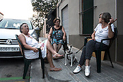 /EN/ During the summer, a few neighbours take some chairs down to the street to have a nice evening chat. /ES/ En verano unas vecinas sacan sus sillas a la calle para charlar un poco antes del anochecer.