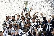 © Filippo Alfero<br /> Juventus-Cagliari, Serie A 2013/2014 e assegnazione Coppa Scudetto<br /> Torino, 18/05/2014<br /> sport calcio<br /> Nella foto: Gianluigi Buffon alza la coppa dello scudetto, esultanza