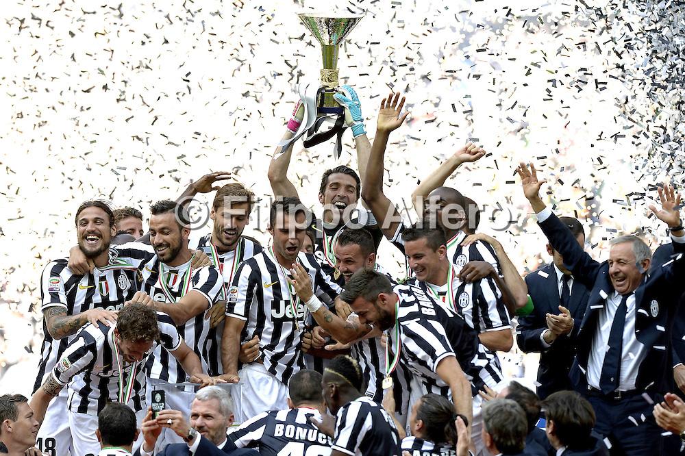 &copy; Filippo Alfero<br /> Juventus-Cagliari, Serie A 2013/2014 e assegnazione Coppa Scudetto<br /> Torino, 18/05/2014<br /> sport calcio<br /> Nella foto: Gianluigi Buffon alza la coppa dello scudetto, esultanza