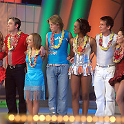NLD/Hilversum/20070302 - 8e Live uitzending SBS Sterrendansen op het IJs 2007, alle deelnemers wachtend op de uitslag, blijdschap bij Sita Vermeulen en har schaatspartner