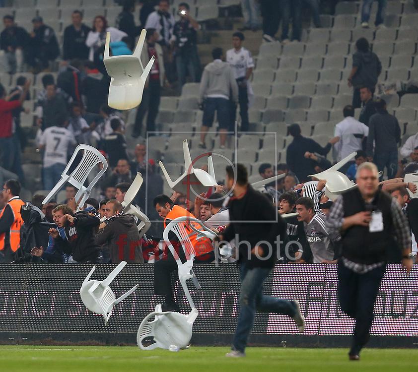 *BRAZIL ONLY* ATENÇÃO EDITOR, IMAGEM EMBARGADA PARA VEÍCULOS FORA DO BRASIL* wenn20690230 Istambul, Turquia - 22/09/2013 - Besiktas e Galatasaray se enfrentavam pela Superliga no  Olympic Stadium de Istambul na tarde de hoje (22/09) quando a torcida invadiu o gramado e enfrentou a polícia. A partida estava 2 x1 para o Galatasaray quando o juíz deu cartão vermelho para o jogador brasileiro Felipe Melo, do Galatasaray.  Melo passou a instigar a torcida contra o juíz e a situação saiu do controle. Foto: Seskim/Wenn/Frame