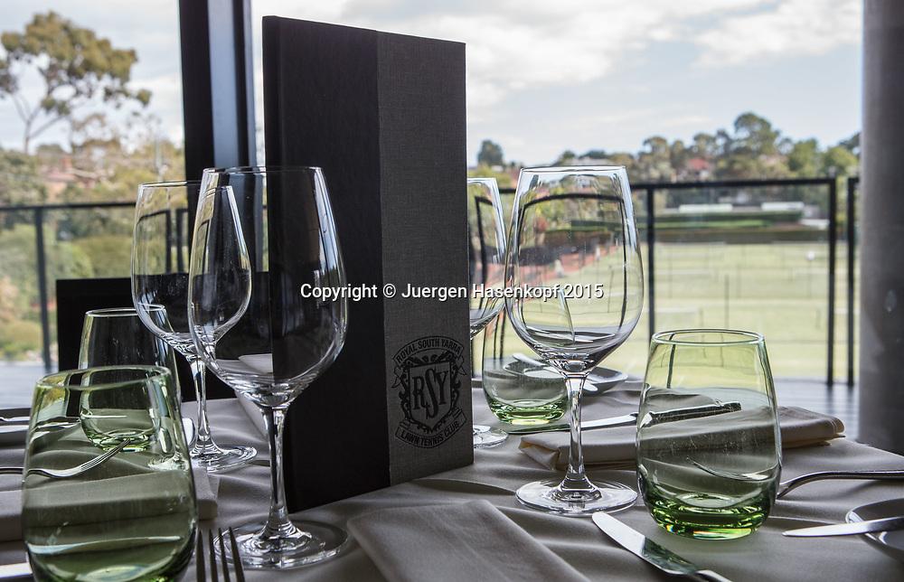 Royal South Yarra Lawn Tennis Club existiert seit 1884.<br /> Klubhaus Restaurant mit Blick auf Rasenplaetze,