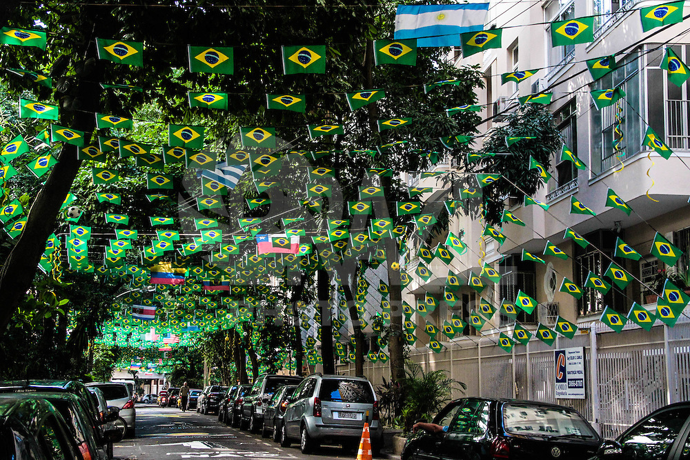 RIO DE JANEIRO 05.06.2014: Decoração da rua Honório de Barros, no bairro do Flamengo, zona sul da cidade nos dias prévios ao início da XX Copa do Mundo de futebol, Brasil 2014. (Foto: Néstor J. Beremblum / Brazil Photo Press)