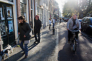 Voetgangers en fietsers over de Oudegracht in Utrecht.<br />