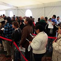 Toluca, México.- Habitantes de Toluca acudieron a temprana hora a realizar sus pagos de agua y predial, en donde en los meses de enero, febrero y marzo se ofrecerán descuentos de hasta el 50 porciento en los pagos. Agencia MVT / Crisanta Espinosa