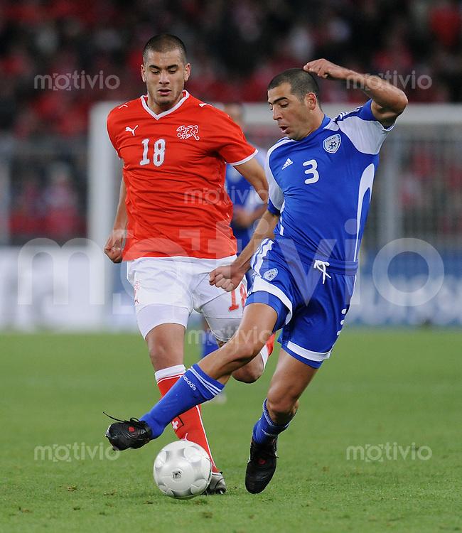 Fussball International   WM  2010  Qualifikation  Gruppe 2    14.10.2009 Schweiz - Israel Tal Ben Haim (re, ISR) gegen Eren Derdiyok (SUI)