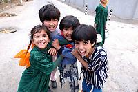 20 OCT 2001, DUSCHANBE/TAJIKISTAN:<br /> Kinder spielen in einer Strasse von Duschanbe, der Hauptstadt von Tadschikistan<br /> IMAGE: 20011020-01-034<br /> KEYWORDS: Kind, child, children