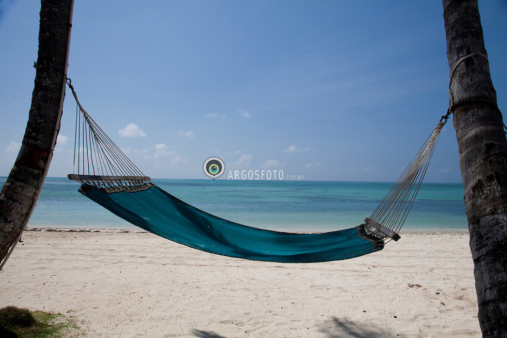 Caribbean.Hammock between palm trees on beach./ Rede entre palmeiras no caribe.