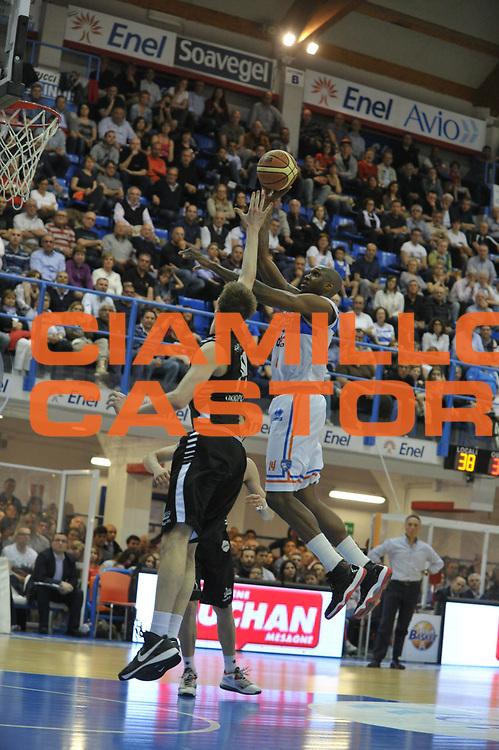 DESCRIZIONE : Brindisi Lega A 2012-13 Enel Brindisi Oknoplast Bologna<br /> GIOCATORE : Cedric Simmons<br /> CATEGORIA : Tiro<br /> SQUADRA : Enel Brindisi<br /> EVENTO : Campionato Lega A 2012-2013 <br /> GARA : Enel Brindisi Oknoplast Bologna<br /> DATA : 28/04/2013<br /> SPORT : Pallacanestro <br /> AUTORE : Agenzia Ciamillo-Castoria/V.Tasco<br /> Galleria : Lega Basket A 2012-2013  <br /> Fotonotizia : Brindisi Lega A 2012-13 Enel Brindisi Oknoplast Bologna