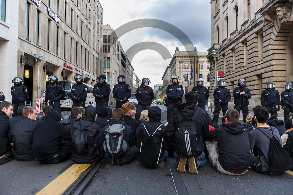 Gegendemonstranten blockieren w&auml;hrend der Demonstration der rechtsextremen Identit&auml;ren Bewegung am 17.06.2016 in Berlin, Deutschland die Stra&szlig;e mit einer Sitzblockade. Mehre hundert Menschen demonstrierten gegen den ersten Marsch der rechtsextremen Identit&auml;ren Bewegung in Deutschland. Foto: Markus Heine / heineimaging<br /> <br /> ------------------------------<br /> <br /> Ver&ouml;ffentlichung nur mit Fotografennennung, sowie gegen Honorar und Belegexemplar.<br /> <br /> Bankverbindung:<br /> IBAN: DE65660908000004437497<br /> BIC CODE: GENODE61BBB<br /> Badische Beamten Bank Karlsruhe<br /> <br /> USt-IdNr: DE291853306<br /> <br /> Please note:<br /> All rights reserved! Don't publish without copyright!<br /> <br /> Stand: 06.2016<br /> <br /> ------------------------------