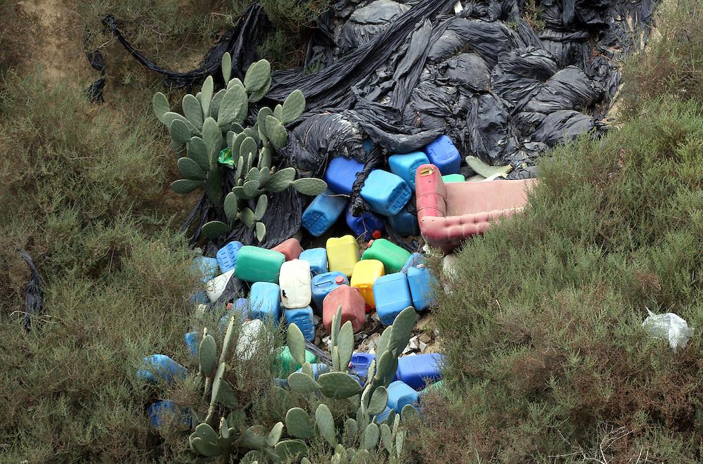 """EUROPE - SPAIN - EL EJIDO ; Illegal Immigration - VEGETABLE & FRUIT Production in Andalusia ; EL PLASTICO ; Exploitation of African workers;.The fruits and vegetables grown in the area are worth about $1.8 billion a year. Most of the workers are Moroccans, often called """"Moros"""" in reference to the Moors who ruled southern Spain for 700 years;Europa - SPANIEN - Landwirtschaft.Die Region um El Ejido, Provinz Almeria in Andalusien, gilt als Europas  größter agrarindustriell genutzter """"Wintergarten"""". Unter ca. 36.000 Hektar Plastik (Treibhäusern) wird ganzjährig Obst und Gemüse angebaut, welches zum Großteil in Supermärkten in Nordeuropa, Deutschland und England verkauft wird... Unter den Plastikplanen werden ca. 60.000, meist illegale Einwanderer aus Marokko, Schwarzafrika, Osteuropa beschäftigt. Arbeitsschutz und Mindestlöhne werden nicht eingehalten. .HIER: wilde Müllkippe  neben Anbaugebieten in der Umgebung von El Ejido; Chemiekanister....21.03.2007.Copyright: Christian Jungeblodt"""