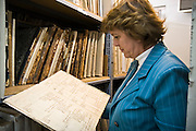 27.10.2006 Warszawa archiwum Urzedu Stanu Cywilnego m st Warszawy na ul Smyczkowa wydzial ksiag zabuzanskich.Fot Piotr Gesicki IPN - Institute of National Memory people working in archives Warsaw Poland Photo Piotr Gesicki