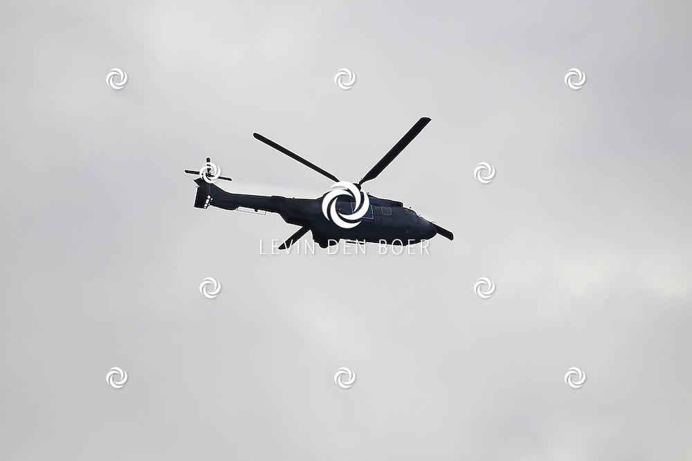 ZALTBOMMEL - Boven in de lucht vliegt een Helicopter van militaire afkomst. FOTO LEVIN DEN BOER - PERSFOTO.NU