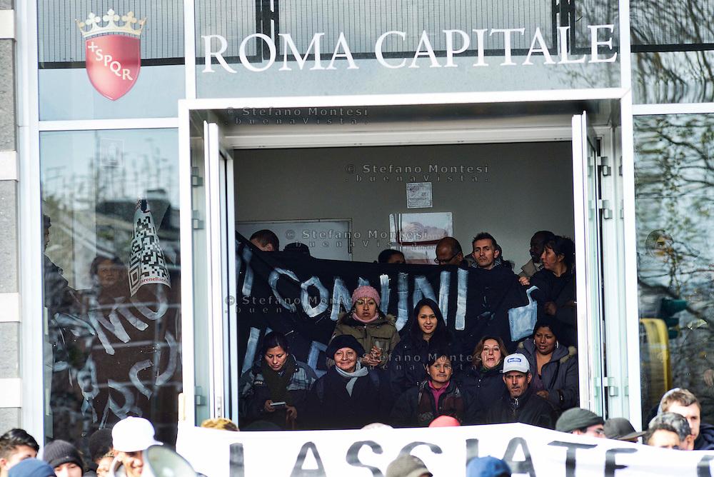 Roma 6 Febbario 2013.Comitati per il diritto all' abitare e famiglie di senza casa  hanno occupato l'ingresso dell' Assessorato al Patrimonio, alla Casa e ai Progetti Speciali ed il piazzale antistante per chiedere un incontro con l'assessore.