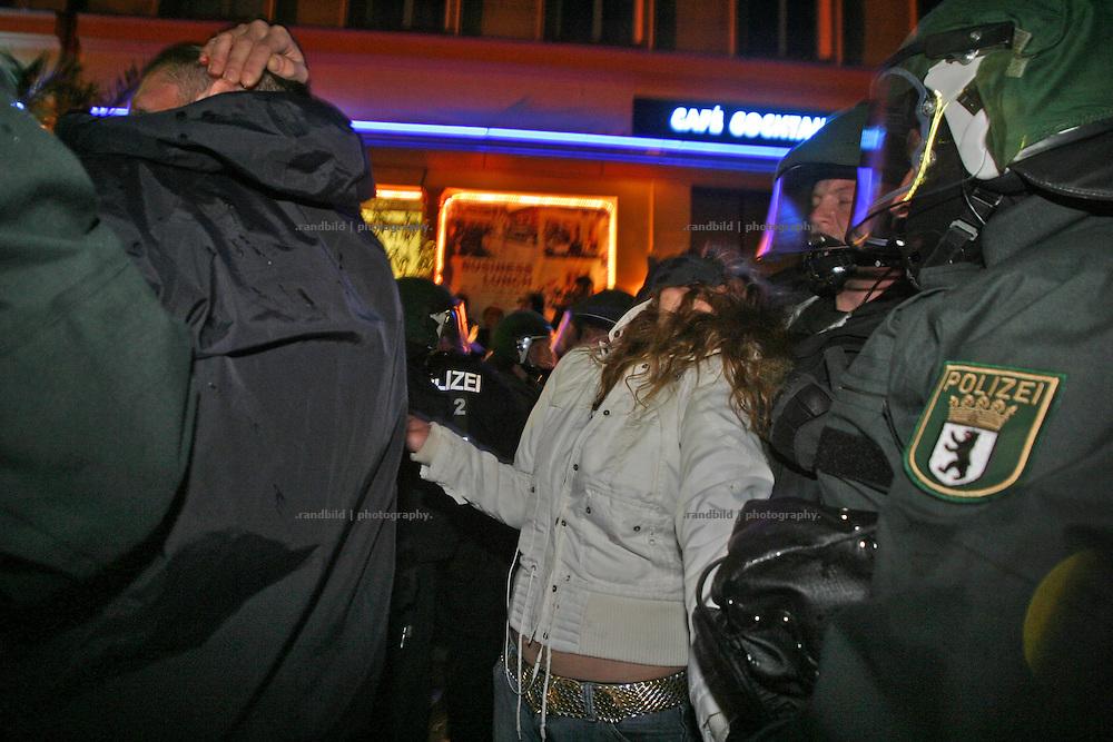 Während einer Festnahme in Berlin anlässlich der 1.Mai Krawalle drückt ein Polizist einer Demosntrantin den Kopf in den Nacken. During the 1.May riots a policeman press the head of a female demonstrator back to the neck.