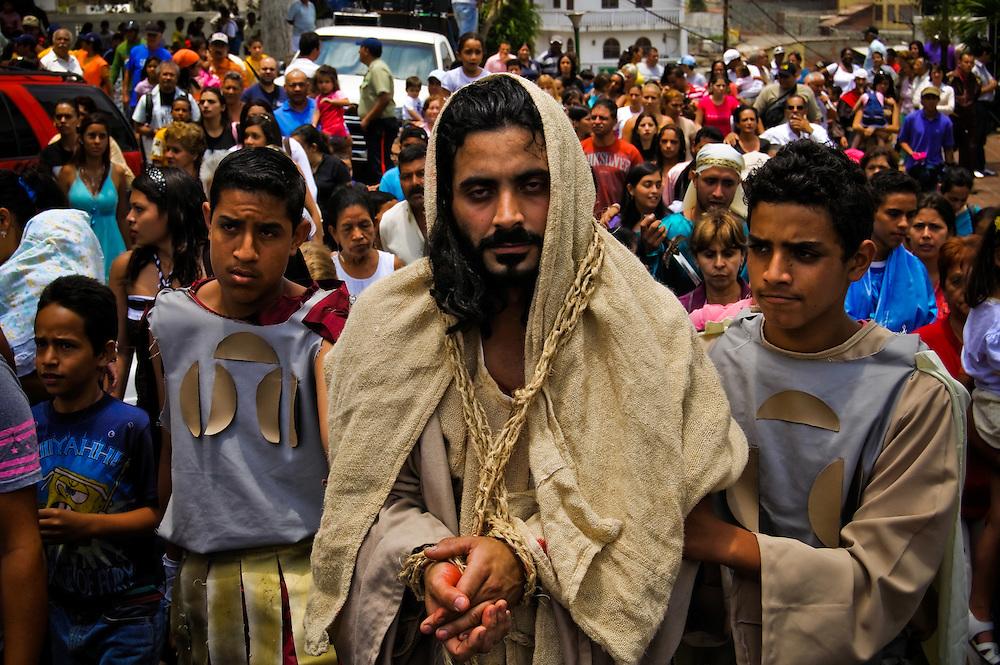 THE VIA CRUCIS OF JESUS  / EL VIACRUCIS DE JESUS.<br /> Photography by Aaron Sosa.<br /> Carrizal, Miranda State - Venezuela 2010.<br /> (Copyright © Aaron Sosa)<br /> <br /> El Viernes Santo de cada año el Grupo Evangelizador Jesus de Nazareth interpreta la pasión y el Viacrucis de Jesus. La actividad comienza en la iglesia de pueblo y luego recorrer el pueblo y hacer 14 paradas finalizan con la cruxificion y muerte de Jesus. Carrizal, Estado Miranda - Venezuela 2010