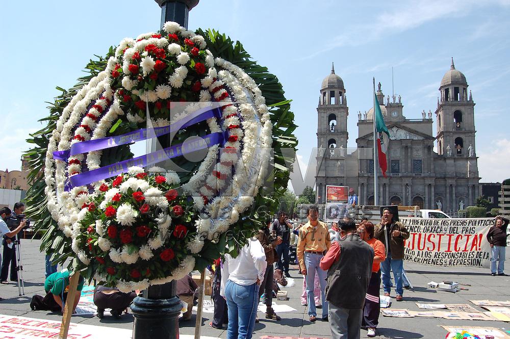Toluca, Mex.- Un grupo de manifestantes grit&oacute; consignas frente a Palacio de Gobierno, al cumplirse un a&ntilde;o los hechos violentos en Atenco y Texcoco. Agencia MVT / Alfonso Garc&iacute;a. (DIGITAL)<br /> <br /> NO ARCHIVAR - NO ARCHIVE