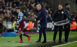 LONDON, ENGLAND - Wednesday, January 29, 2020: West Ham United's Manuel Lanzini is substituted by manager David Moyes during the FA Premier League match between West Ham United FC and Liverpool FC at the London Stadium. (Pic by David Rawcliffe/Propaganda)