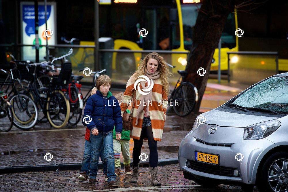 UTRECHT - Op de Neude te Utrecht presenteerde Lego hun filmtruck.  Met op de foto Sandra van Nieuwland en haar drie zonen. FOTO LEVIN DEN BOER - PERSFOTO.NU