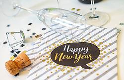 """THEMENBILD - Sektgläser arrangiert auf einem Tisch mit """"happy new Year"""" Servietten, Glücksklee Konfetti und Sektkorken, aufgenommen am 17. Dezember 2017, Kaprun, Österreich // Champagne glasses arranged on a table with """"happy new year"""" napkins, clover confetti and champagne corks on 2017/12/17, Kaprun, Austria. EXPA Pictures © 2017, PhotoCredit: EXPA/ Stefanie Oberhauser"""