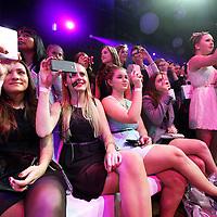 Nederland, Amsterdam , 27 april 2013..Beautygloss gala..Meisjes uit het hele land wachten in rijen voor de Beurs van Berlage  tot het moment dat ze naar binnen mogen voor de Beautygloss gala , waar ze zich heerlijk kunnen laten verwennen op Beauty producten en modeshows etc.nagels lakken, haar styling etc...Op de foto: de meiden maken filmpjes en foto's van hun idool beauty-blogster Mascha tijdens de opeing van Beautygloss Party..Foto:Jean-Pierre Jans