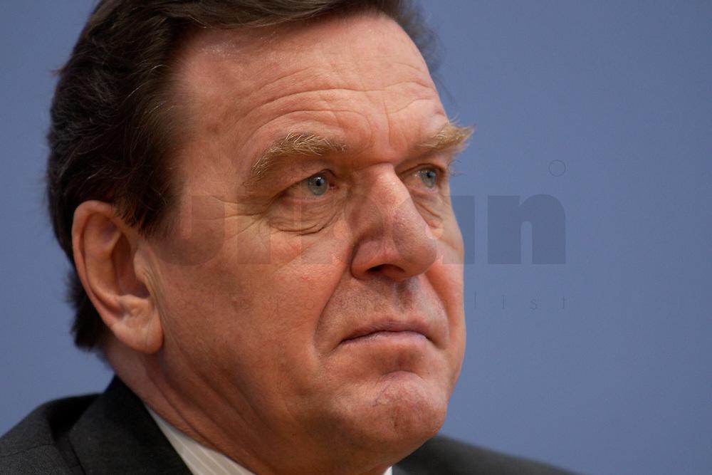 06 FEB 2004, BERLIN/GERMANY:<br /> Gerhard Schroeder, SPD, Bundeskanzler und SPD Parteivorsitzender, waehrend der Pressekonferenz zur Bekanntgabe seines Ruecktritts vom Parteivorsitz, Bundespressekonferenz<br /> IMAGE: 20040206-03-024<br /> KEYWORDS: Gerhard Schr&ouml;der, BPK, R&uuml;cktritt,