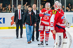 11.03.2016, Eisarena, Salzburg, AUT, EBEL, EC Red Bull Salzburg vs EC KAC, Viertelfinale, 7. Spiel, im Bild v.l.: Headcoach Alexander Mellitzer (KAC), Jamie Lundmark (KAC), Bernd Brueckler (KAC) // during the Erste Bank Icehockey League 7th quarterfinal match between EC Red Bull Salzburg and EC KAC at the Eisarena in Salzburg, Austria on 2016/03/11. EXPA Pictures © 2016, PhotoCredit: EXPA/ JFK