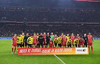 """Fussball  DFB Pokal  Achtelfinale  2017/2018   FC Bayern Muenchen - Borussia Dortmund        20.12.2017 Aufstellung beider Mannschaften hinter der Bande """"Vereint im Herzen Europas"""""""