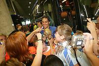 Feature 24 Stunden FINALE Italien - Frankreich          1:50 Uhr Luca TONI gibt Autogramme vor der Abfahrt des Busses.
