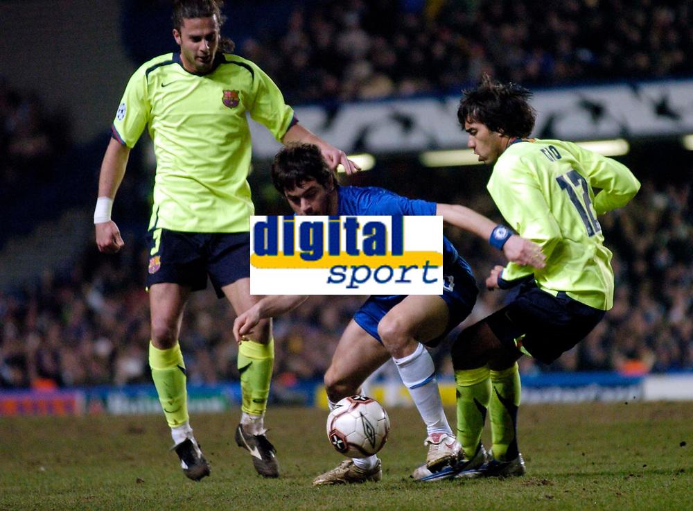 Photo: Richard Lane.<br />Chelsea v Barcelona. UEFA Champions League. 22/02/2006.<br />Chelsea's Joe Cole (C) on the attack.