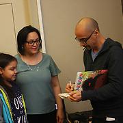 """Puesta en circulacion libro """"Islandborn"""" o """"Lola"""" es español, de Junot Diaz, ganador dos veces del premio Pulizer."""