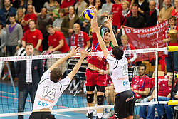 07-04-2012 VOLLEYBAL: FINAL DVL GENERALI HACHING - BERLIN RECYCLING VOLLEY: UNTERHACHING<br /> Shafranovich Alexander (Unterhaching #17)  mit Tomas Kmet (Berlin #14) und Kawika Shoji (Berlin #2<br /> ©2012-FotoHoogendoorn.nl/NPH-Straubmeier