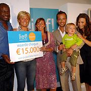 NLD/Amstelveen/20070524 - Presentatie LIEF kledinglijn, cheque overhandiging aan Orange Babies, Caroline Tensen, Geert Hoes en Yvonne Woudstra en Manuela Sep