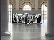 Frankrijk, Lille, 18-8-2013Het palais des beaux arts heeft en tentoonstelling over het menselijk  lichaam met werk van onder andere Auguste Rodin. Een jonge vrouw maakt een foto van een jonge man, haar vriend voor het kunstwerk.Lille ligt in een sterk de verarmde regio noordwest. Het is de hoofdstad van Frans Vlaanderen, van de regio Nord Pas de Calais en van het Noorder departement. Foto: Flip Franssen/Hollandse Hoogte