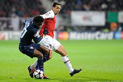 20-10-2009 VOETBAL: AZ - ARSENAL: ALKMAAR<br /> AZ in slotminuut naast Arsenal 1-1 / Mounir El Hamdaoui en Alex Song<br /> ©2009-WWW.FOTOHOOGENDOORN.NL