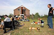 Nederland, Ooypolder, 23-9-2010Een krakersgroep van enkele tientallen mensen is woensdag neergestreken bij ontzandingsplas Biesterveld bij Leuth. Het terrein is eigendom van ontzandingsbedrijf De Beijer uit Kekerdom, maar er hebben al vele jaren geen activiteiten plaatsgevonden.De krakers hebben juist nu het terrein met vervallen boerderij uit 1952 gekraakt, zodat zij dan nog voor de inwerkingtreding van de anti-kraakwet op 1 oktober hier zitten en nog onder de oude wet vallen.Foto: Flip Franssen/Hollandse Hoogte