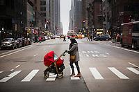 NEW YORK, 20160117: Bilder fra New York City. Dame med barnevogn krysser Avenue of the Americas (6.ave) på Manhattan.FOTO: TOM HANSEN